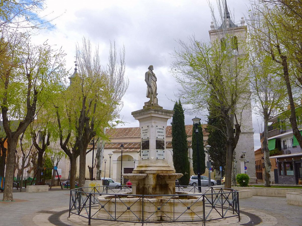 Plaza de Ventura Rodríguez, con el monumento al arquitecto; al fondo, la iglesia parroquial de Santa María Magdalena. Ciempozuelos.